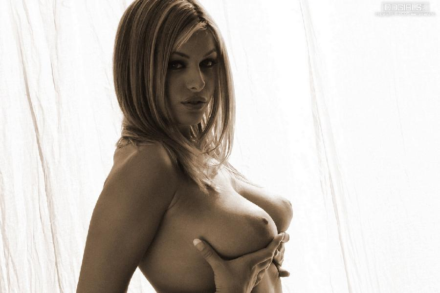 Sexy Ginger Jolie completely nude - 9