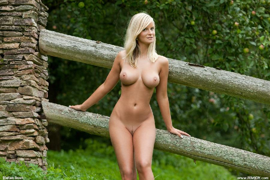 Marry Queen nude outdoors  - 2
