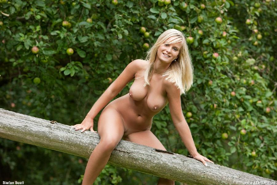 queen outdoor nude Marry