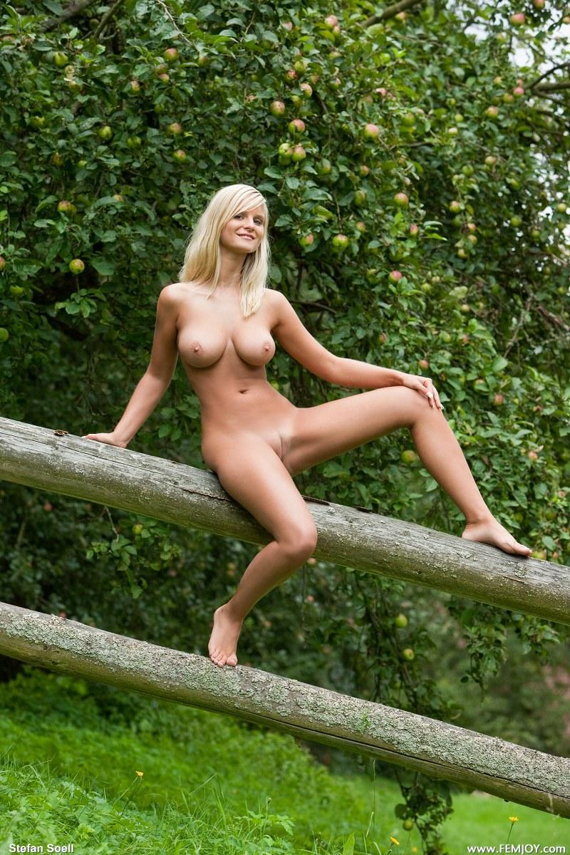 Marry Queen nude outdoors  - 7