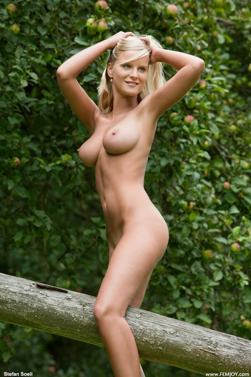 Marry Queen Nude Outdoors