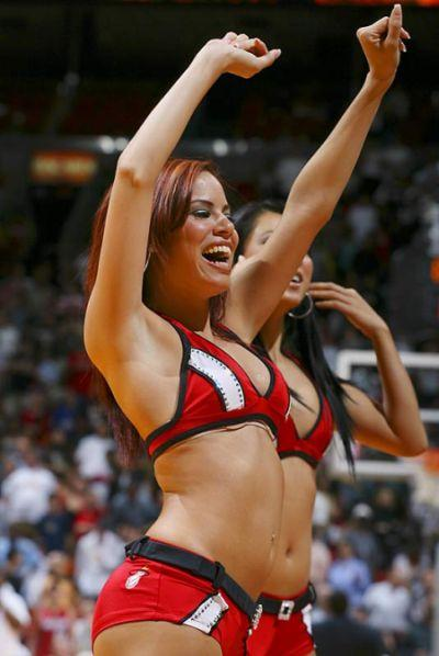 Slam dunking cheerleaders - 1