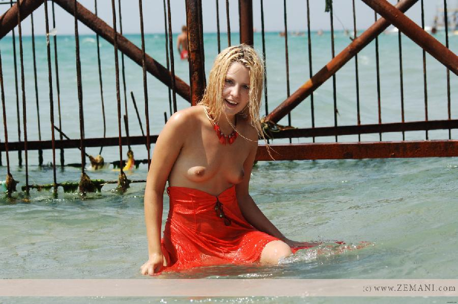 Wet blonde in a cage - Ana - 5