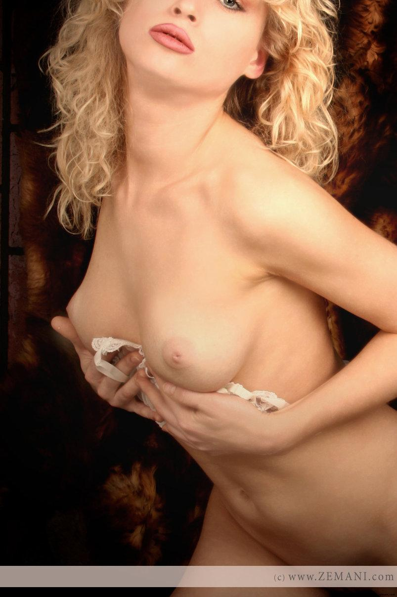 Hot blonde with red lips - Yara - 9