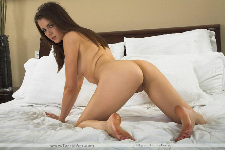 Isobel Wren is sticking out her ass on bed - 14