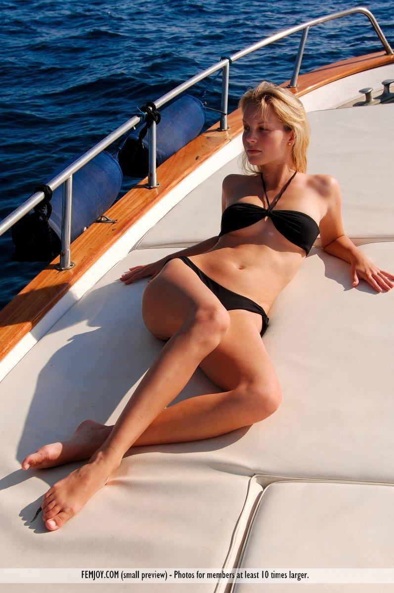 Malisa Moir tans in her bikini - 1