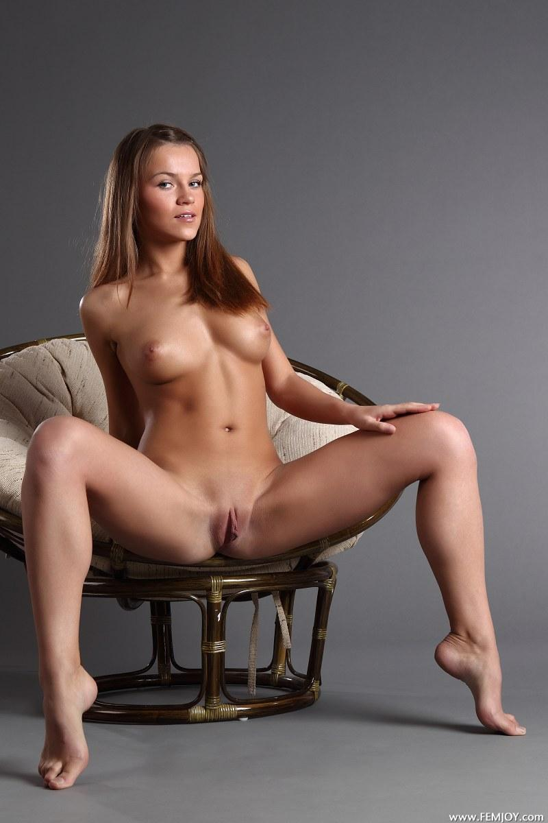 Gorgeous girl with stunning naked body - Yolanda - 3