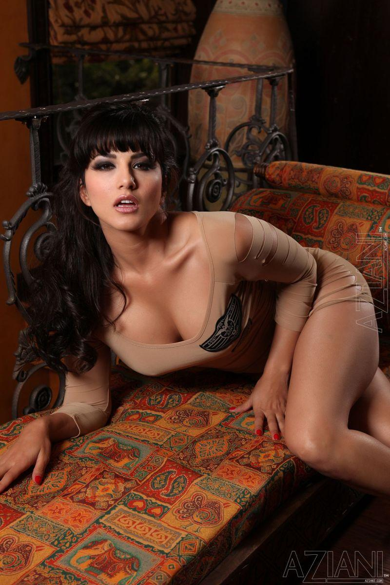Sunny Leone in tight dress and no panties - 2