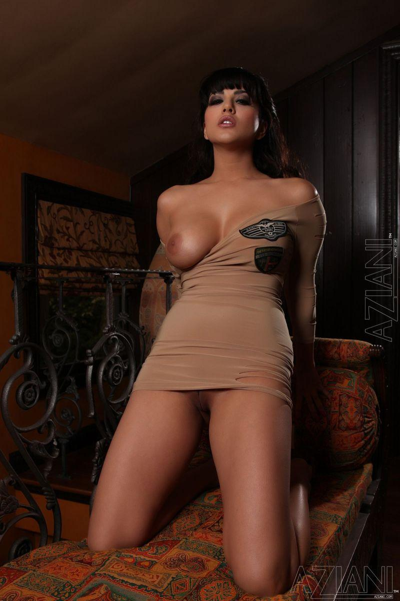 Sunny Leone in tight dress and no panties - 5