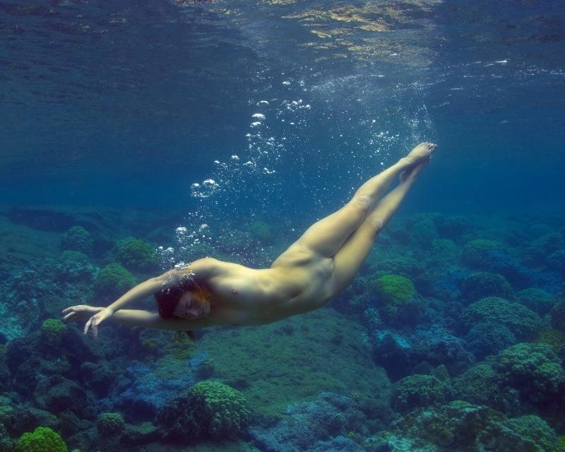 devushki-pod-vodoy-golie