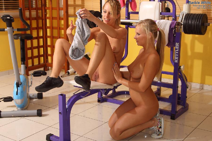 дырки чередовали голая девушка в спортзале на видео девушкой