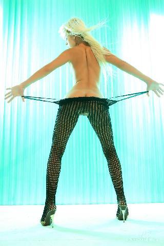 Amazing blonde babe shows great ass - Boroka
