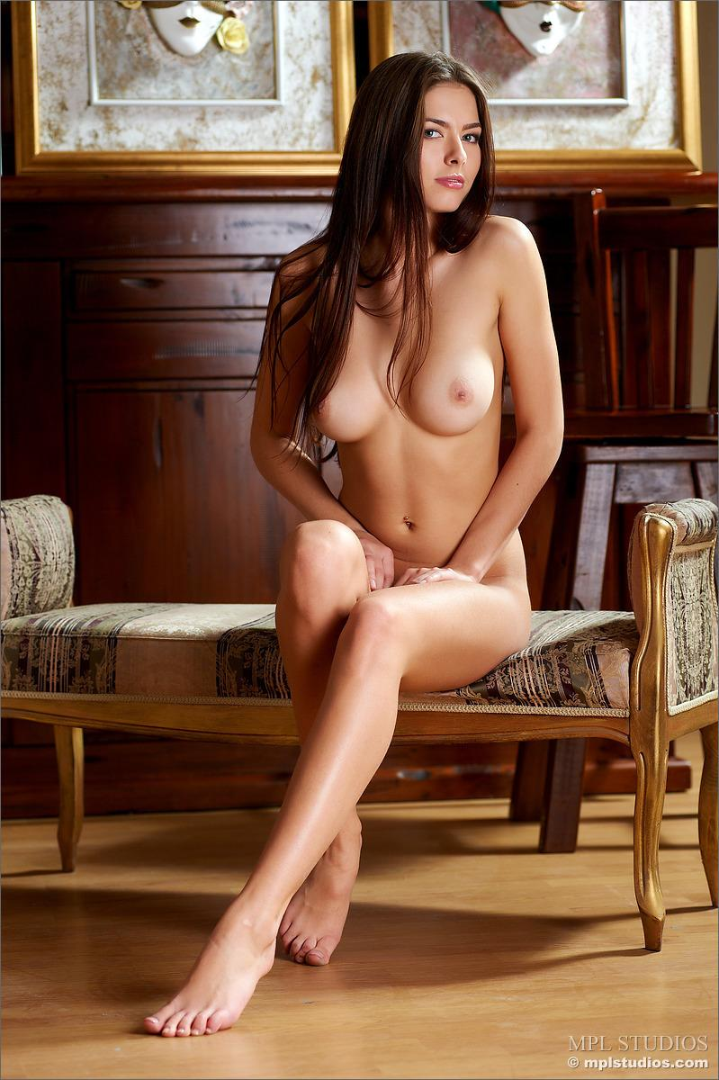 Seductive brunette with great body - Arianna - 10
