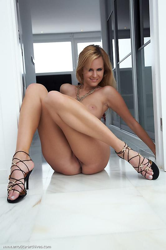 Busty blonde chick in black high heels - Raylene - 5