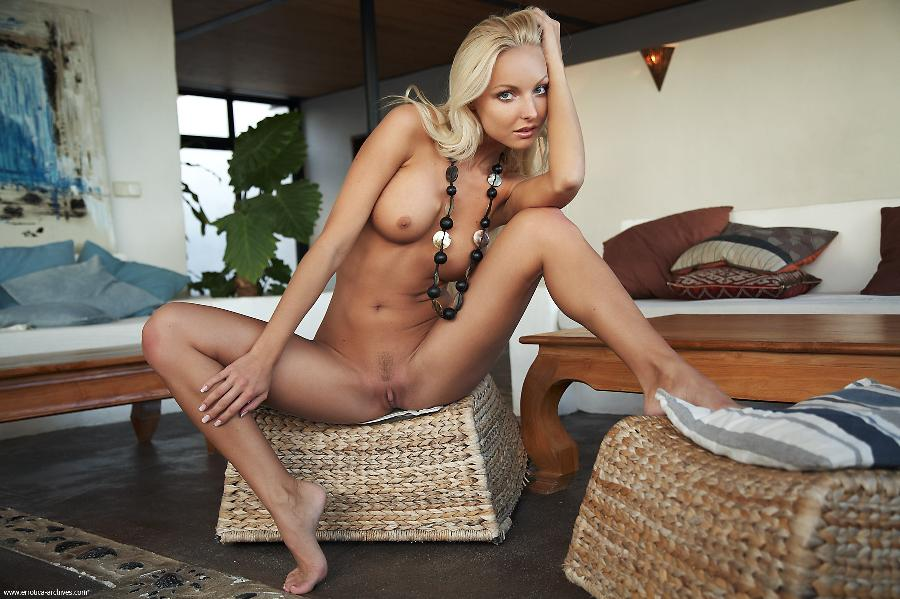 Exclusive blonde poses naked - Victoria - 4