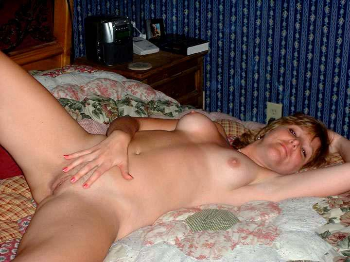 bed on laying nude Busty mom