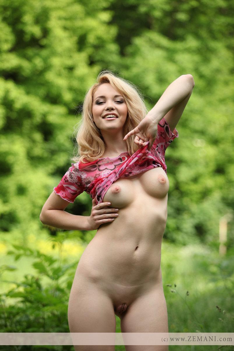 girl Alissa green the forest in naked