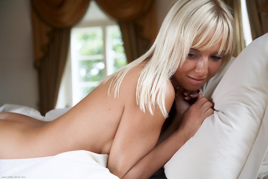 Gorgeous Emma lies on the bed completely naked - 5