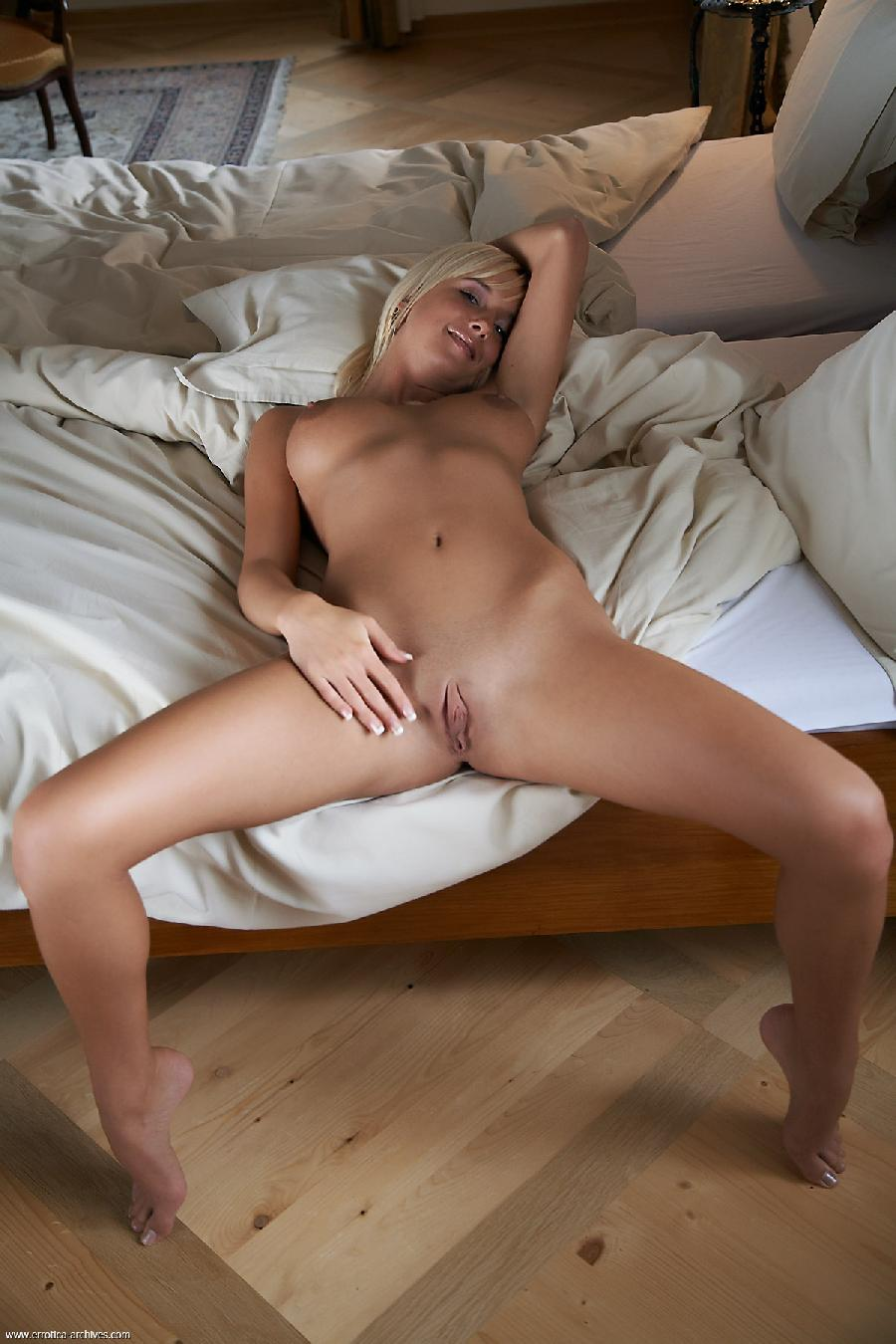 Gorgeous Emma lies on the bed completely naked - 9