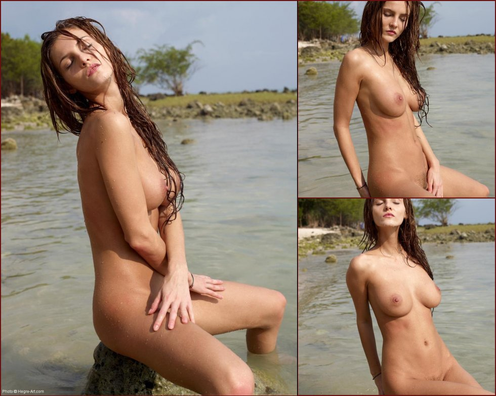 Voluptuous chick in the Indian Ocean - Linda L - 32