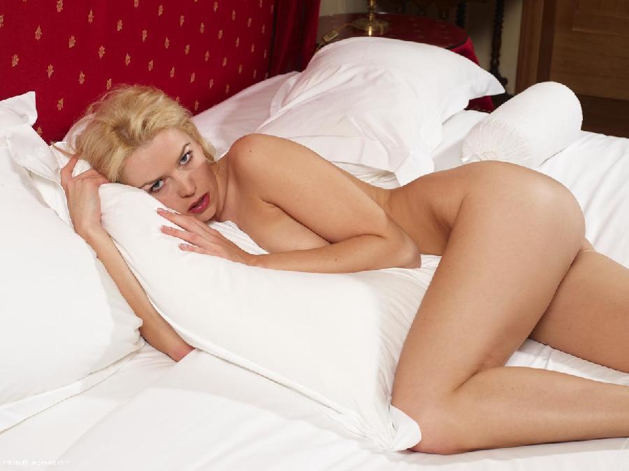 Naked blonde on big red bed - Biela - 3