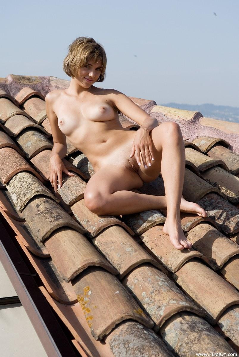 Naked blonde with short hair - Vittoria - 11