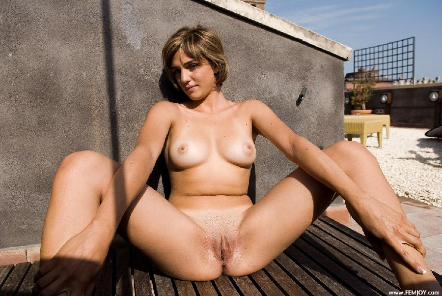 Naked blonde with short hair - Vittoria - 3