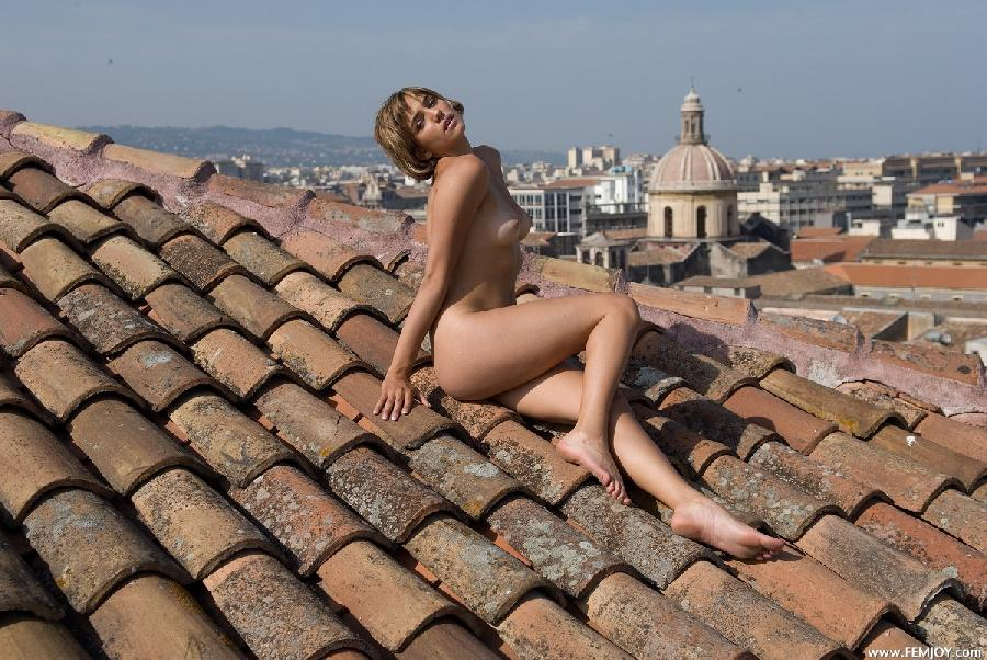 Naked blonde with short hair - Vittoria - 5