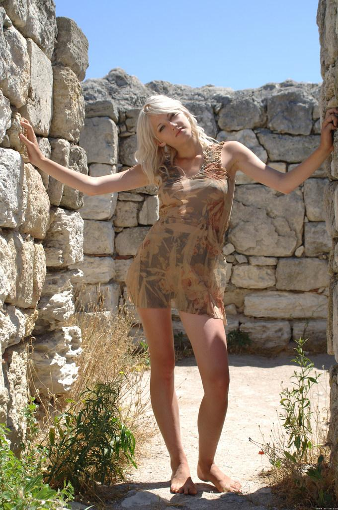 Young girl on the castle ruins - Zerra - 1