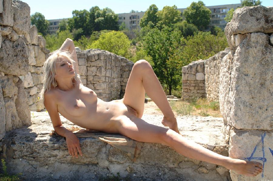 Young girl on the castle ruins - Zerra - 11