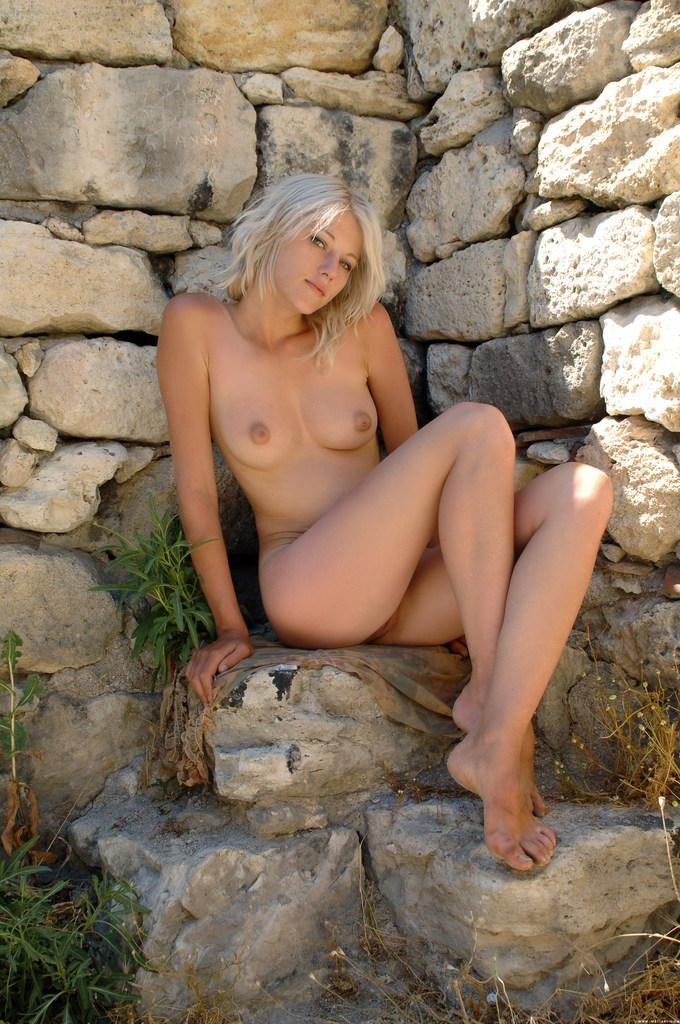 Young girl on the castle ruins - Zerra - 5