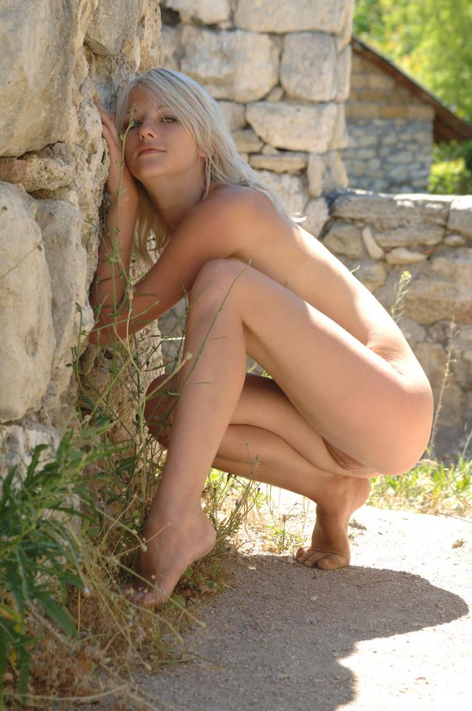 Young girl on the castle ruins - Zerra - 8