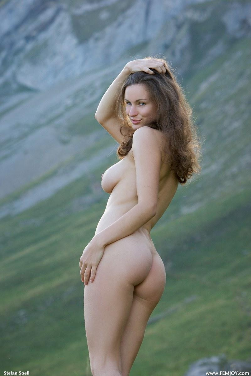 Blue-eyed Susann naked in mountains - 5