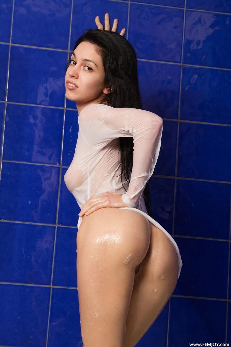 Alluring brunette in bath - Vic E - 6