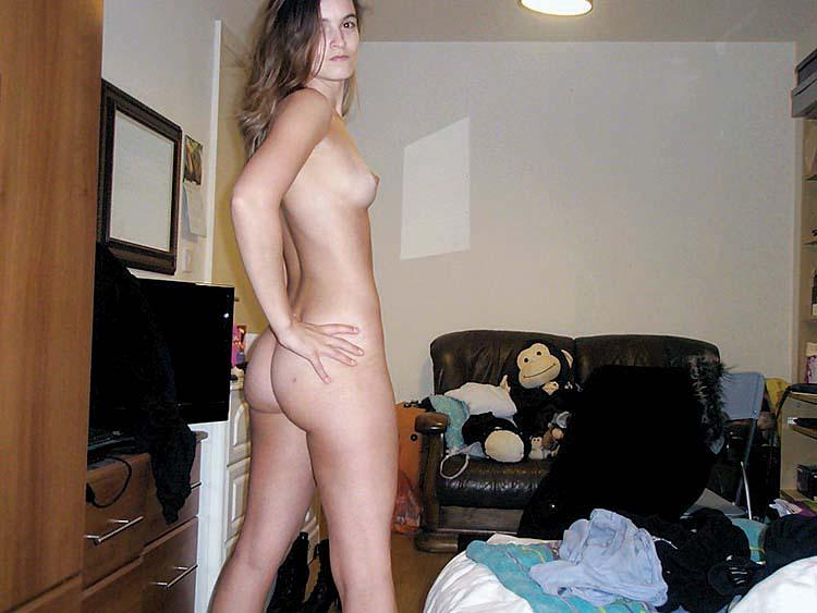 Naked amateur is waiting in bedroom - 1