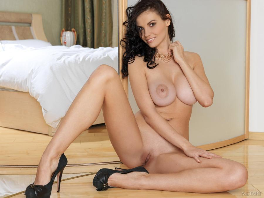 Naked brunette with wonderful smile - Stacie A - 5