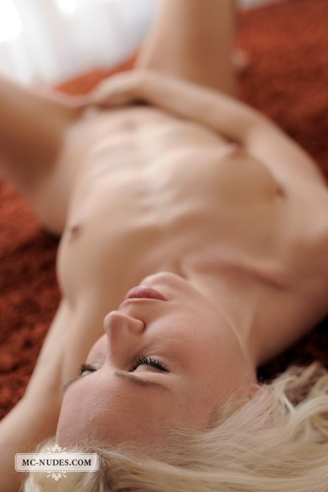 Naked blonde chick is ready and horny - Melanie - 9