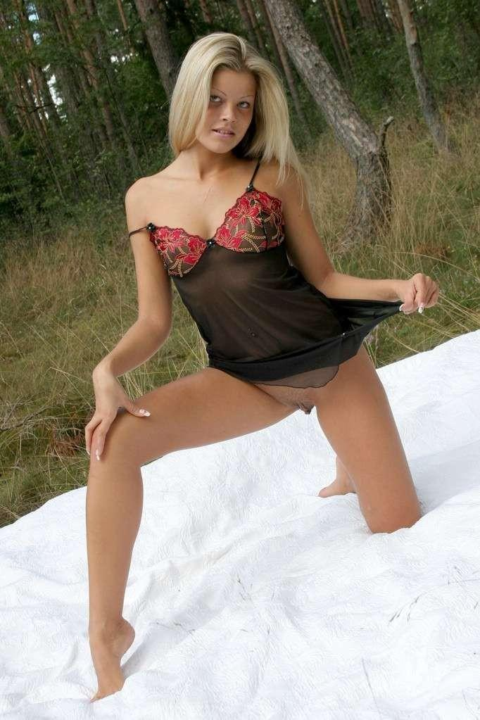 Amateur session with cute blonde in nature - 3