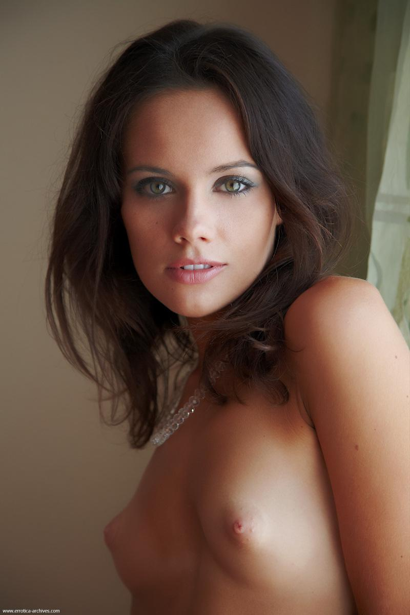 Fantastic green-eyed chick is posing on bed - Cassia - 1