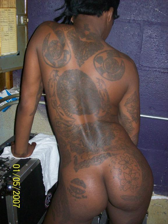 Ebony with huge tattoos - 3