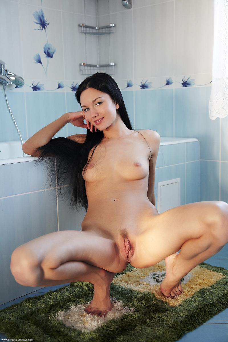 Loreen shows her meaty pussy in a bathroom - 2