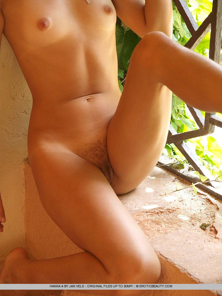 Young girl shows her naked body outdoor - Hanka - 13