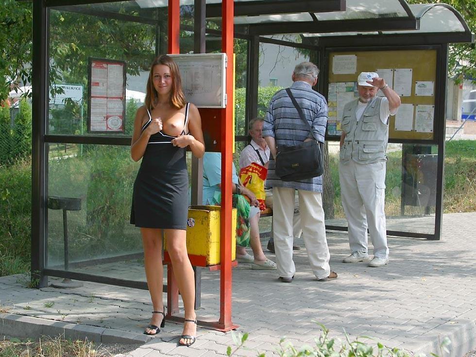 молодые девушки показывают грудь на улице фото