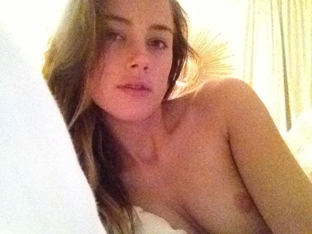 Naked Amber Heard is taking a bath - 14