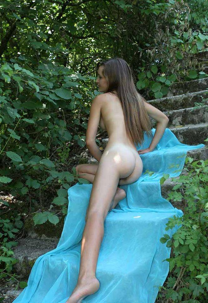 Young Naked Girl Is Showing Her Slim Body 4
