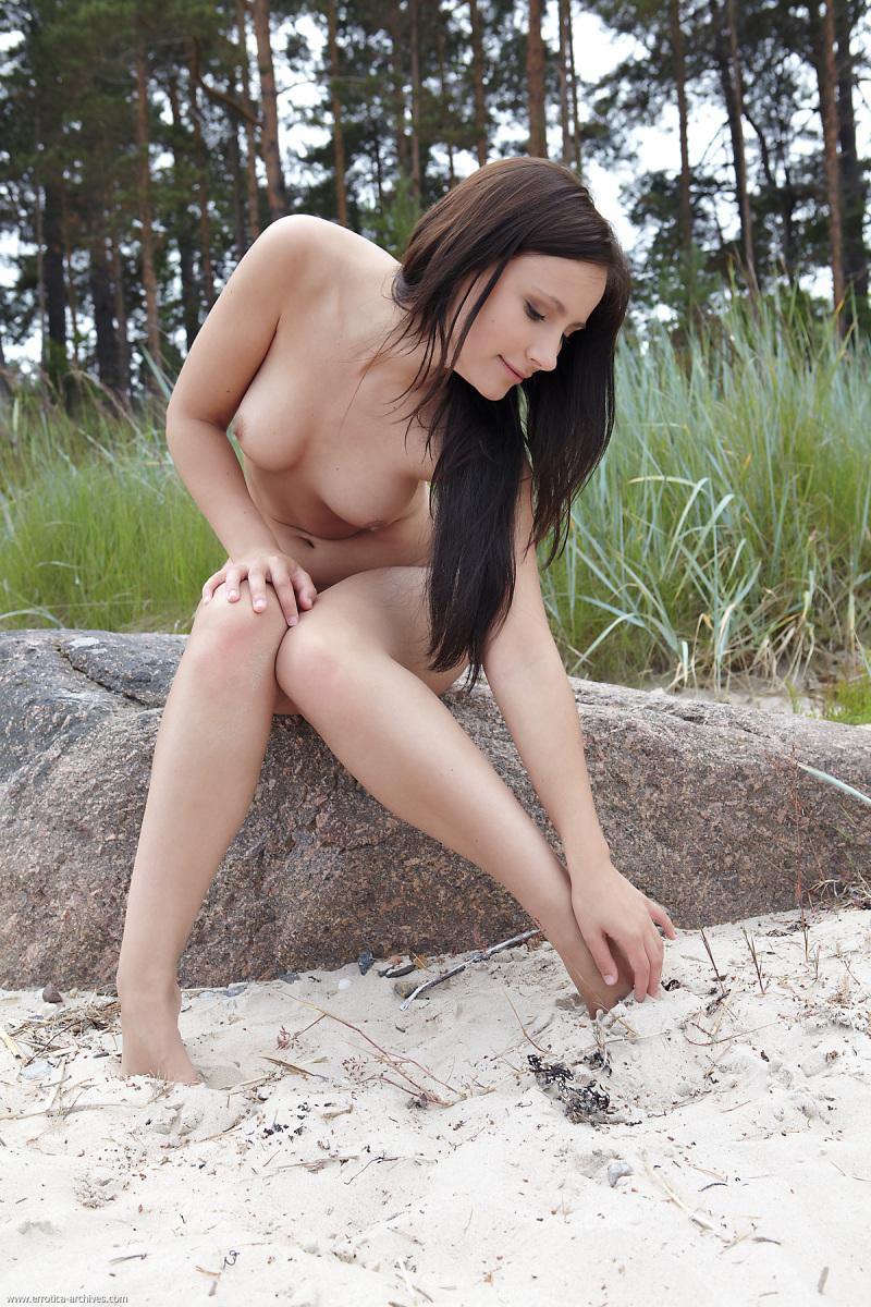 Naked outdoor session with pretty Vicky - 8