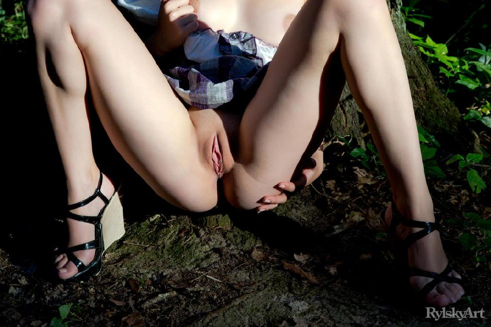 Gorgeous girl is posing in the forest - Jeff Milton - 4