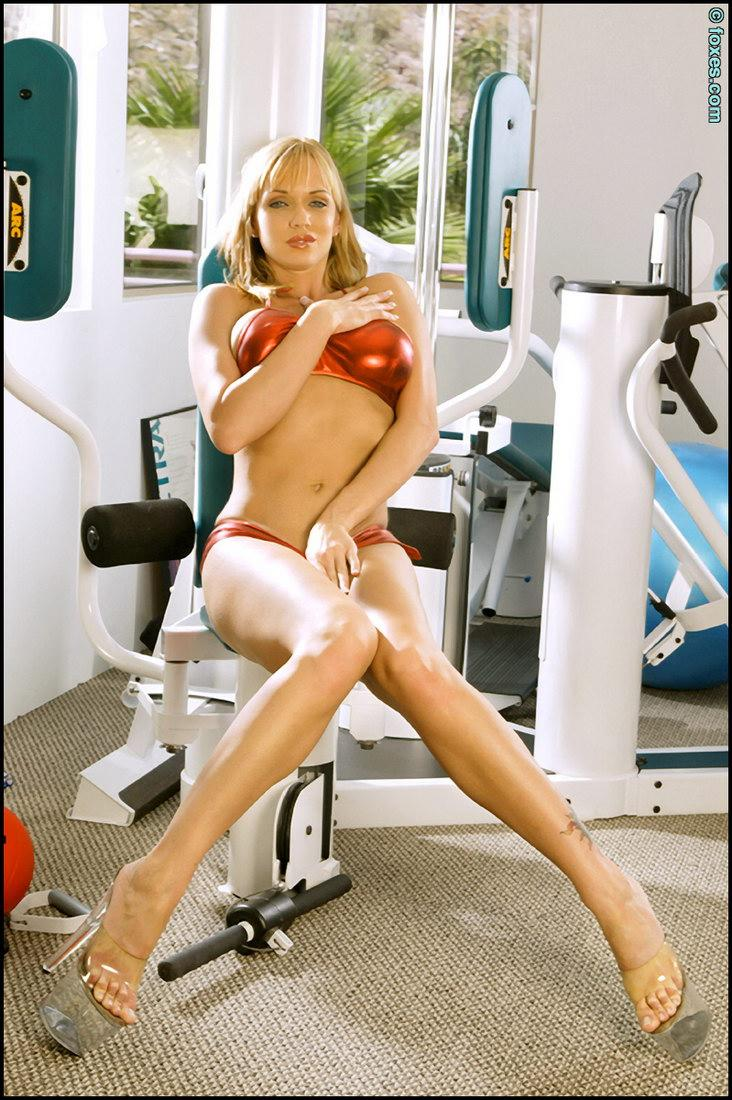 Hot Amber Evans in the power training gym - 5