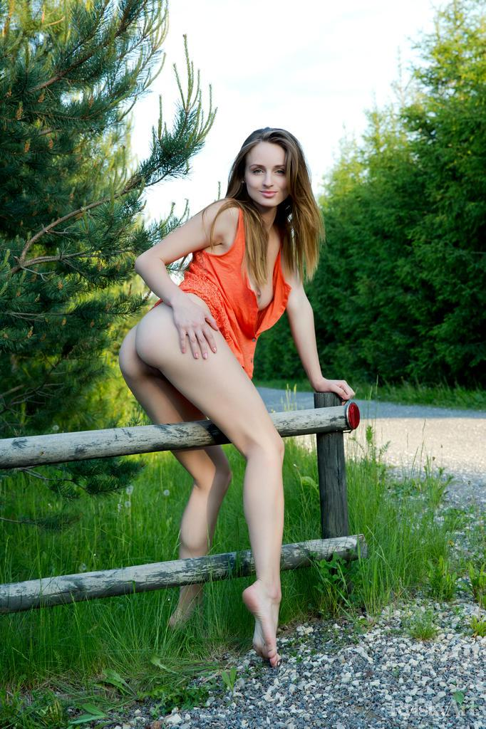 Long-haired beauty strips by the road - Vittoria Amada - 7