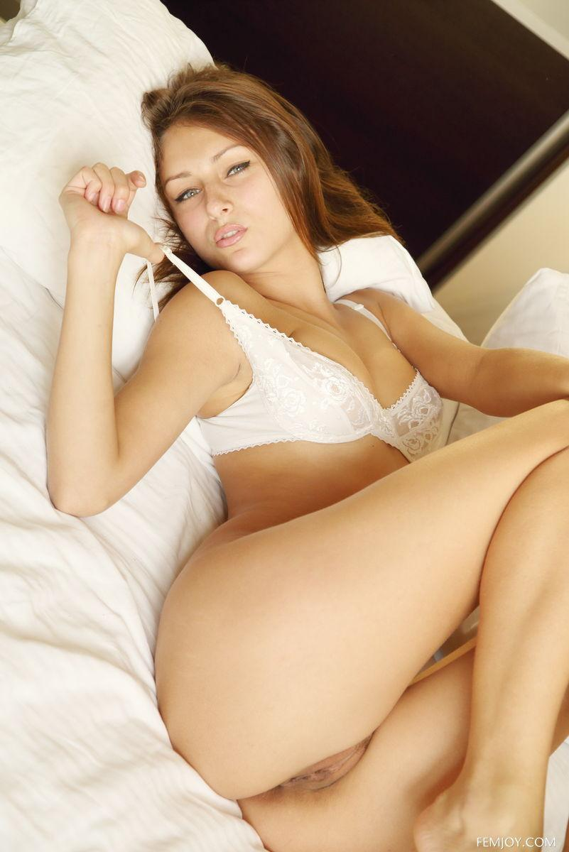Stunning Yarina is tempting on the bed - 7